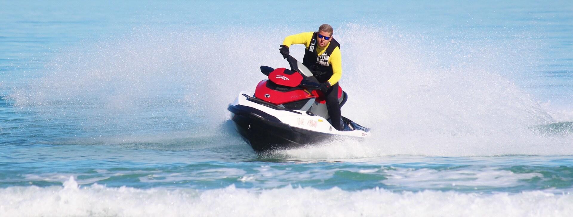 ¿Es necesario disponer de algún carné para pilotar motos de agua?
