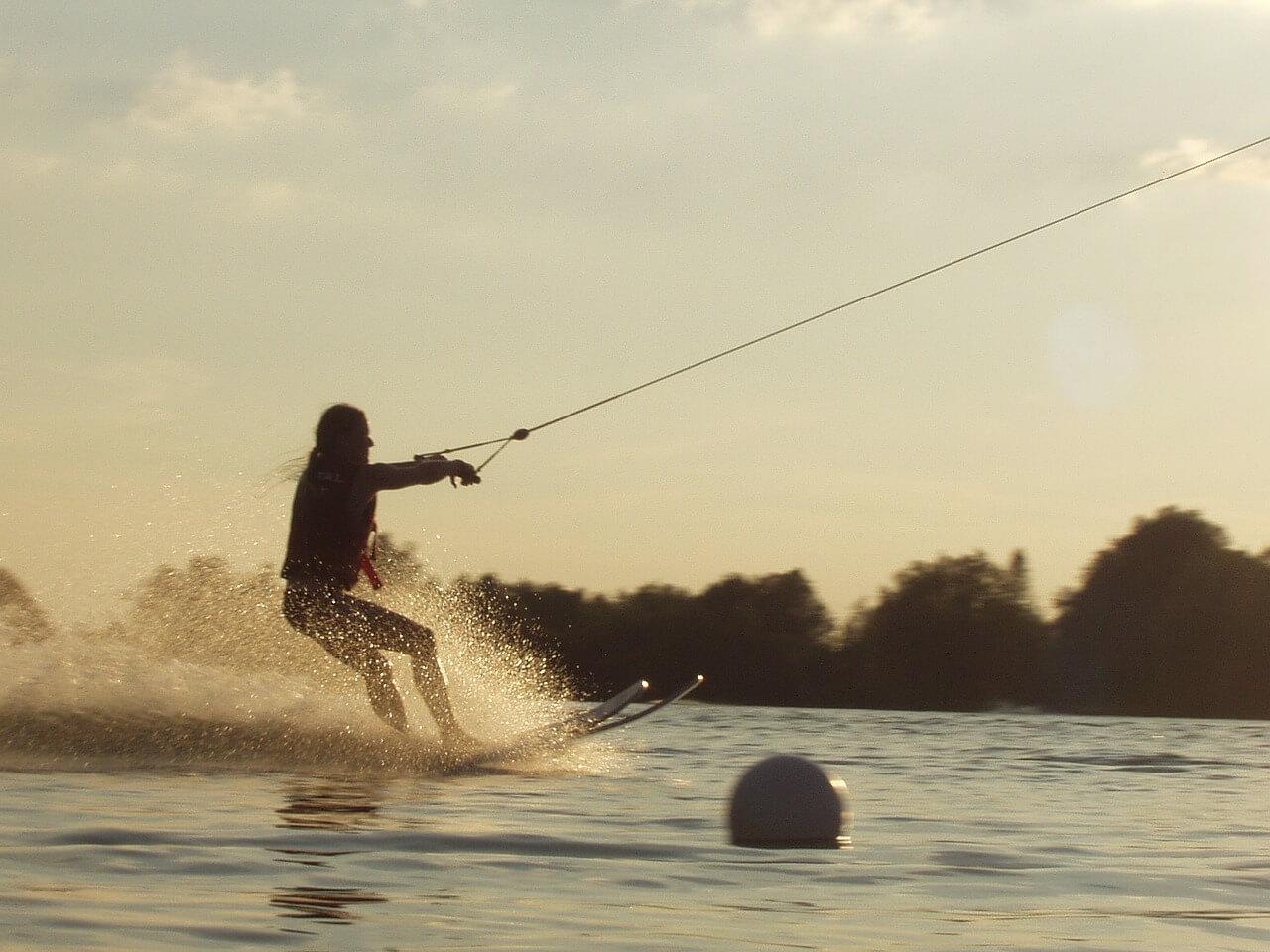 ¿Es necesario patrón para hacer esquí acuático?